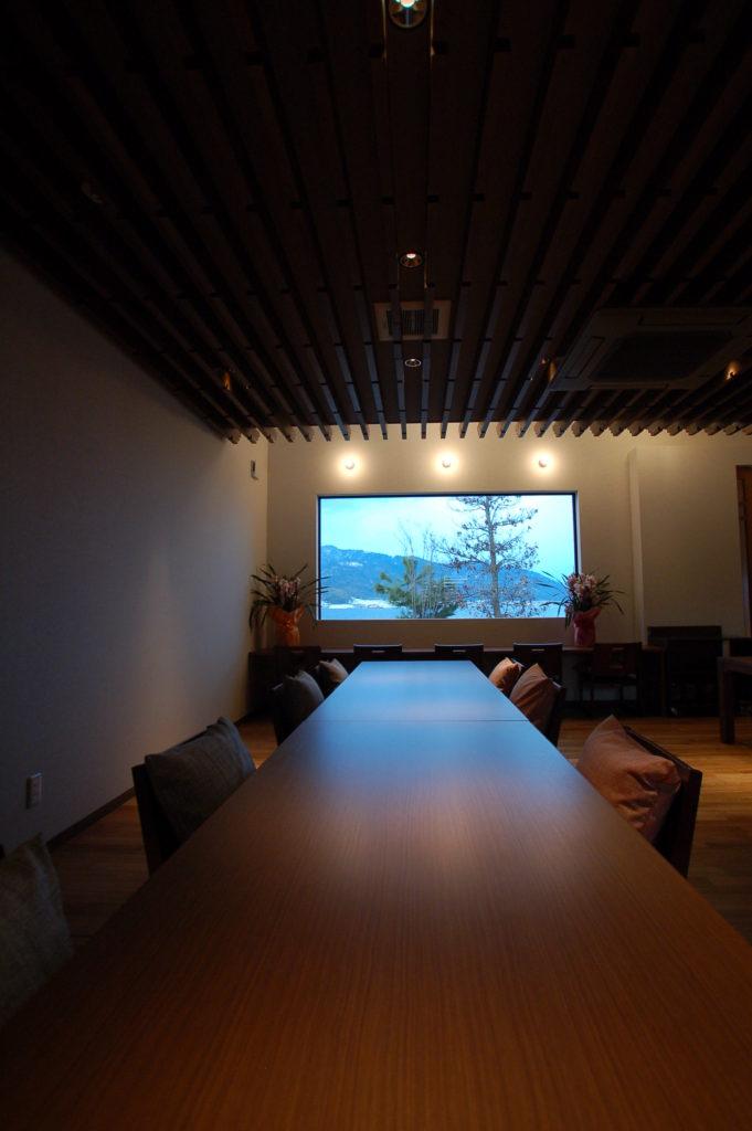 ステントグラスを思わせるような幾何学的な木組格子が特徴