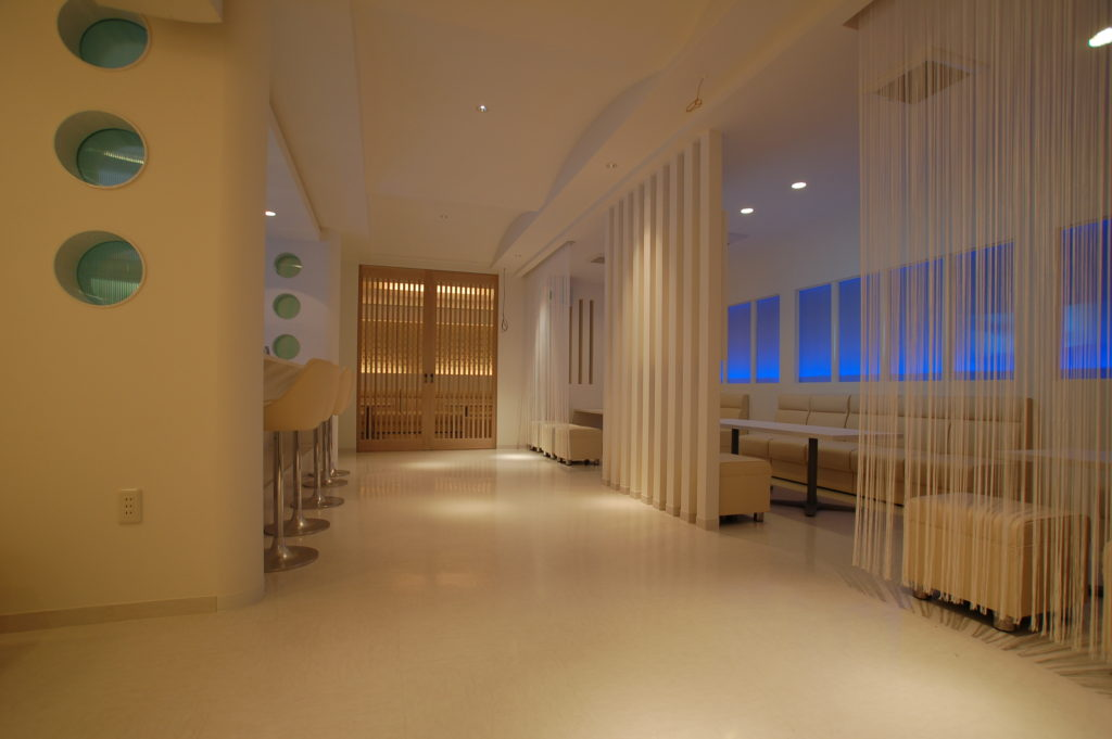 白で統一された清潔感ある空間に仕上げたラウンジにリノベーション