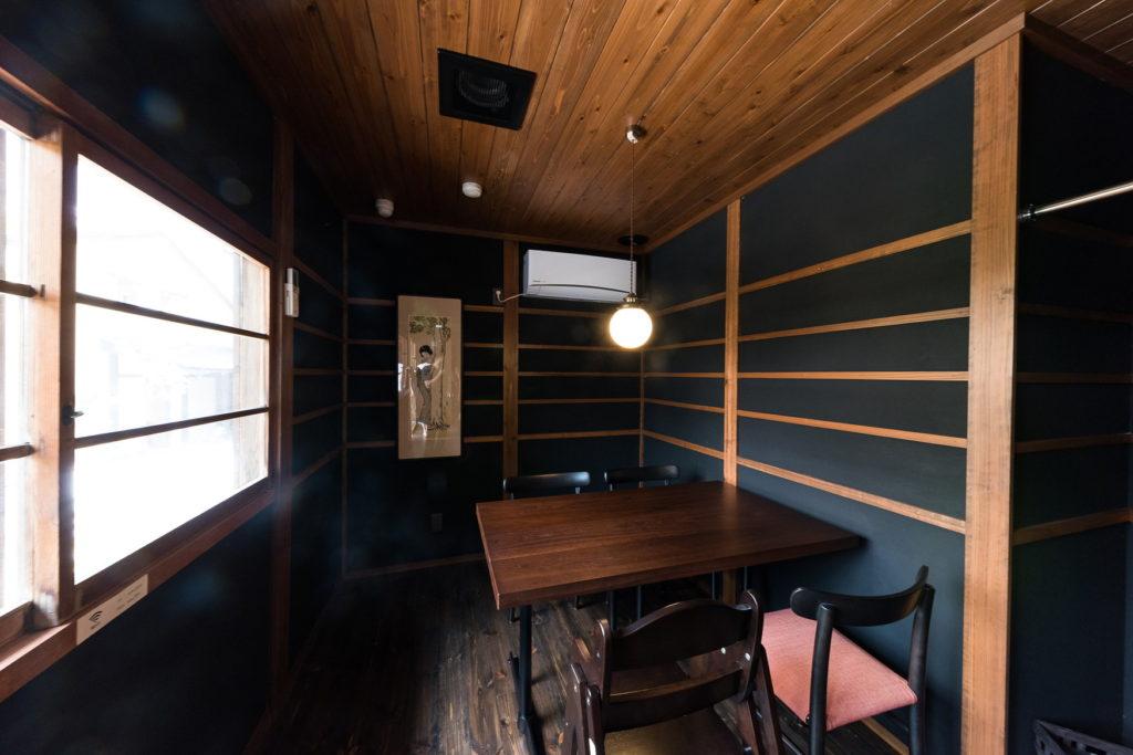 宮津の旧花街の旧家の魅力を残しつつ陰影が映える空間にリノベーション