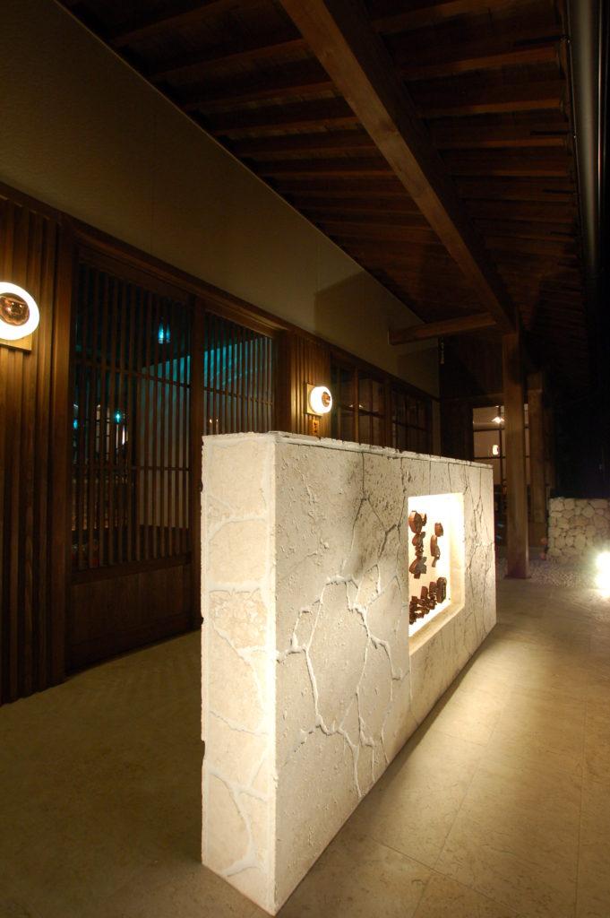 沖縄石灰岩や沖縄ガラスをふんだんに取り入れた空間