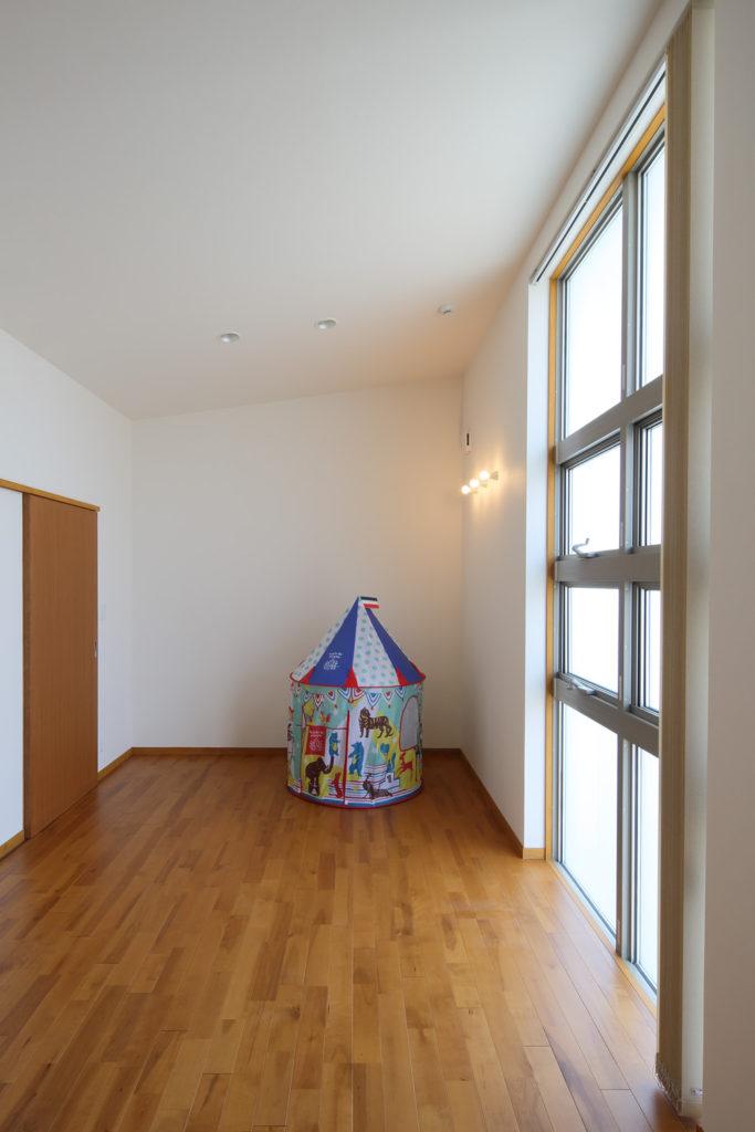 大きなリビングと階段から続く2ndリビング そして大きなリビングガーデンを持つ家