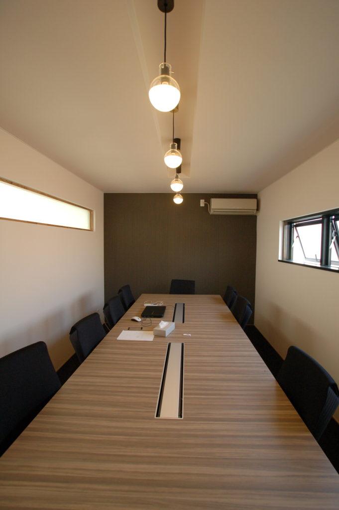 ブラック&ホワイトで統一された同社の新オフィスの増築工事