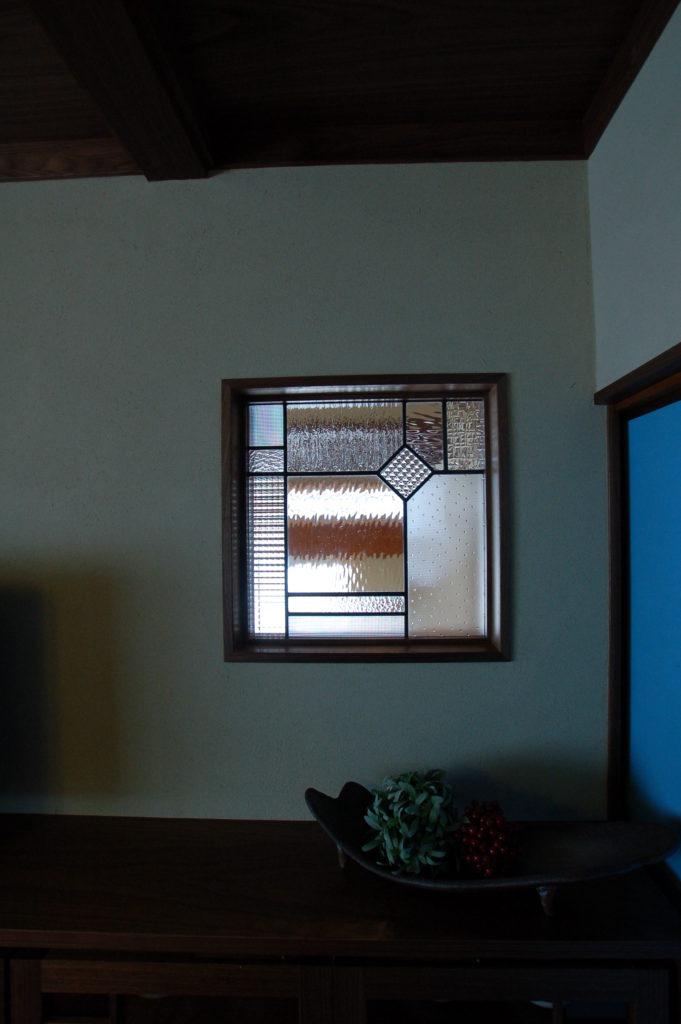 上質で懐かしさを感じるウォルナットの格子とステンドグラスを取り入れたリノベーション