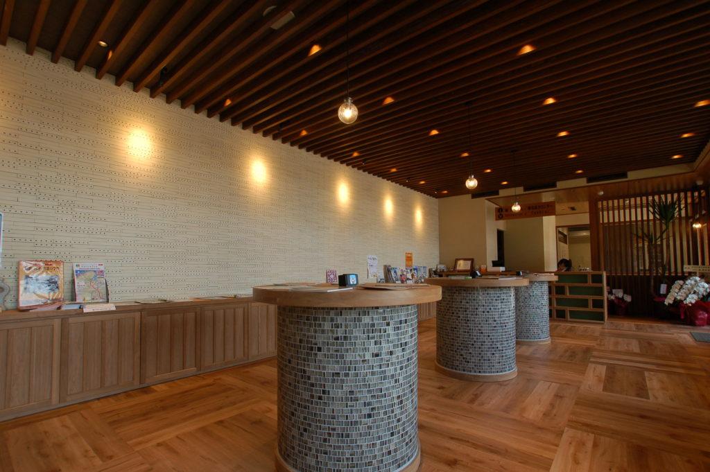 伊根裏を一望する位置にあった町所有の書庫を観光案内所&DININGにリノベーション