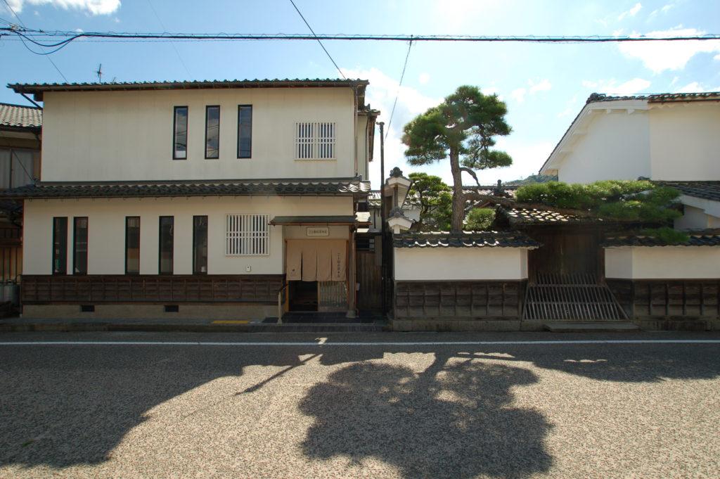 重要文化財・旧三上家住宅に隣接する住宅をゲストハウスにリノベーション