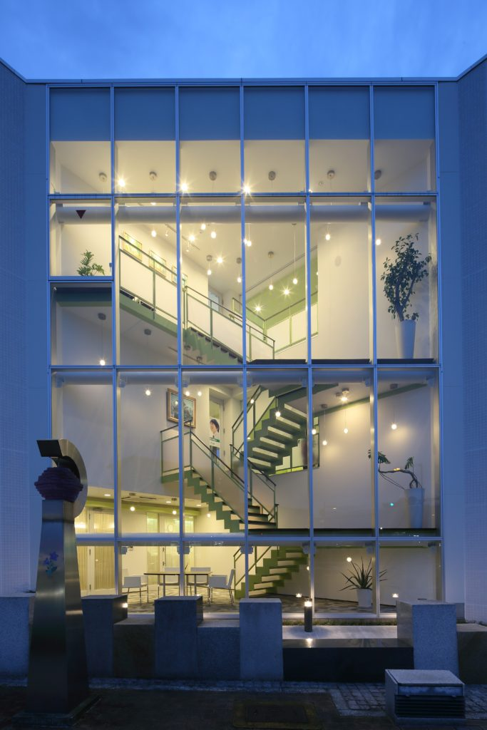 福知山駅前完成した「オトナへの階段」をテーマとしたスタイリッシュな学習塾