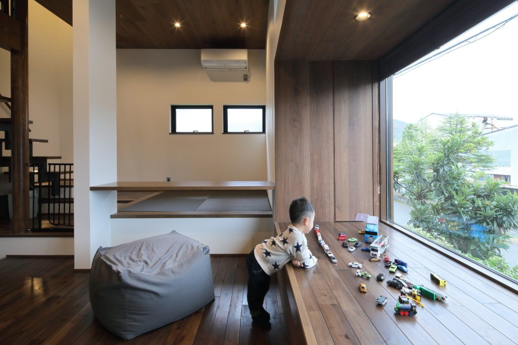 舞鶴港の港に建つアジトは作戦会議室や指令室など各スペースが我が家のアジトとなる