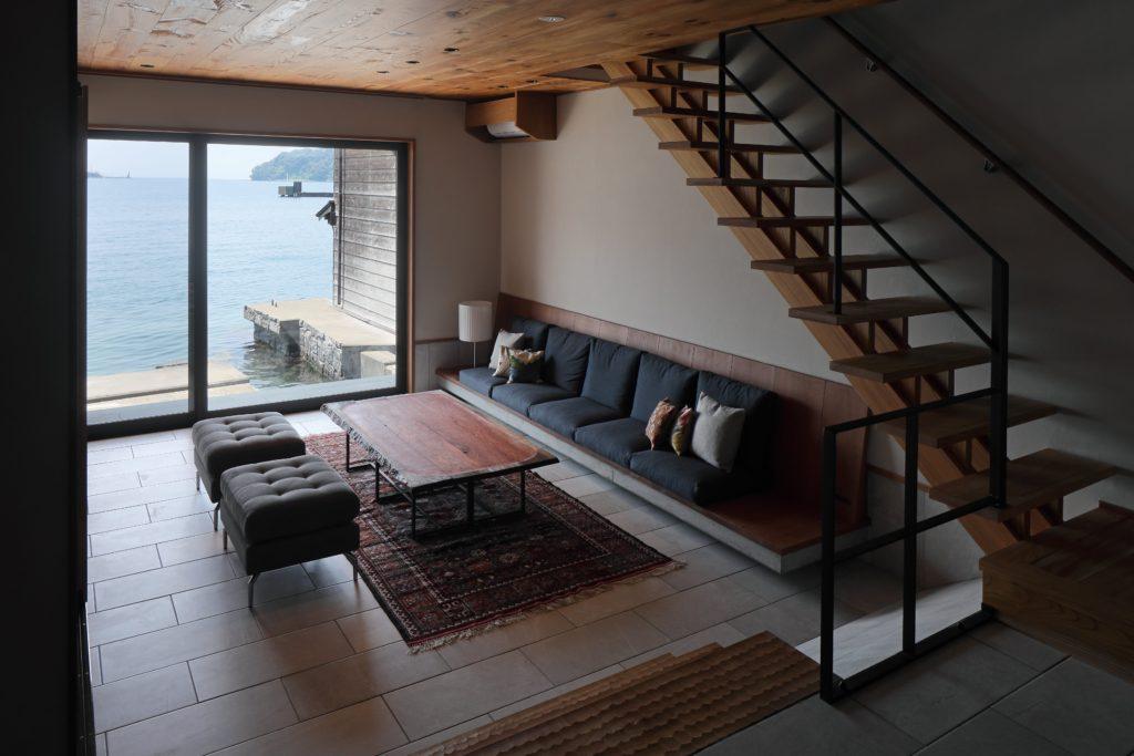 道を挟んだ母屋と舟屋をそれぞれ一棟貸のゲストハウスにリノベーション