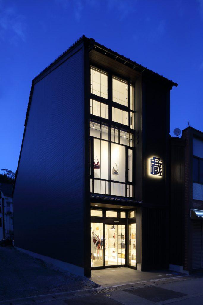 城崎温泉の原点である大正期を思い起こすデザインを取り入れたオリジナル鞄店