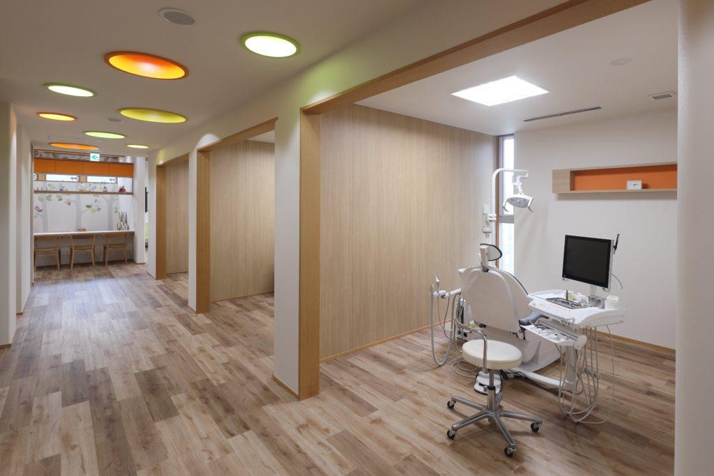 キッズエリアを中心に子どもたちのワクワクをテーマとした与謝野町の歯科医院