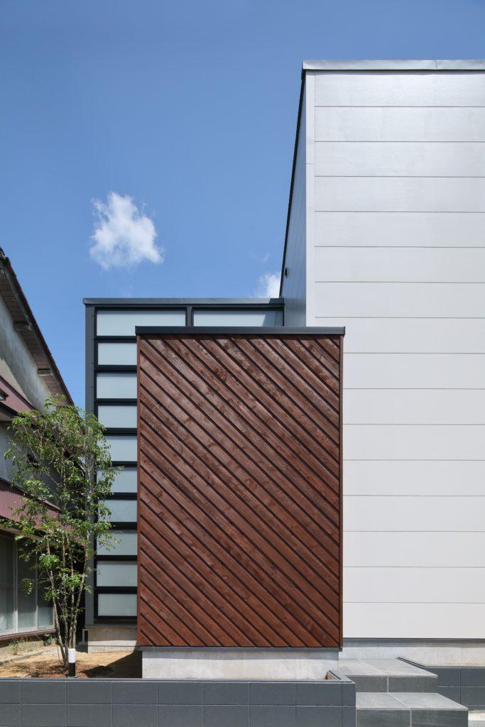 リビングを突きぬけるブリッジを家の中心に据えたこの家は特徴ある様々な素材や色彩をMIXした