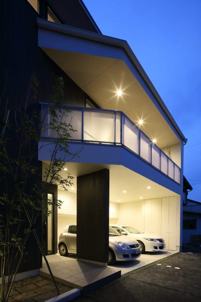 密集した住宅地の中でありつつも開放的なリビングとテラスが特徴の家