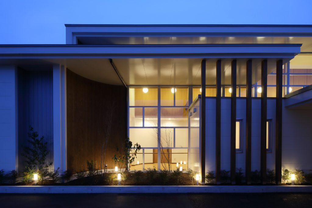 柔らかな光が降り注ぐ開放的な空間を持つ丹波市のクリニック