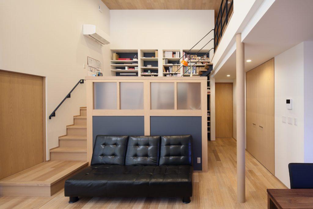 家の中心にみんなの書斎をつくった小さなライブラリーのような家