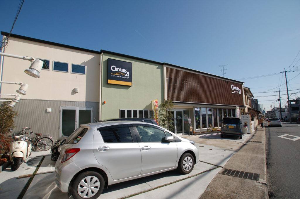 長岡京市に完成したカフェスペース併設の地域に開いた不動産オフィス