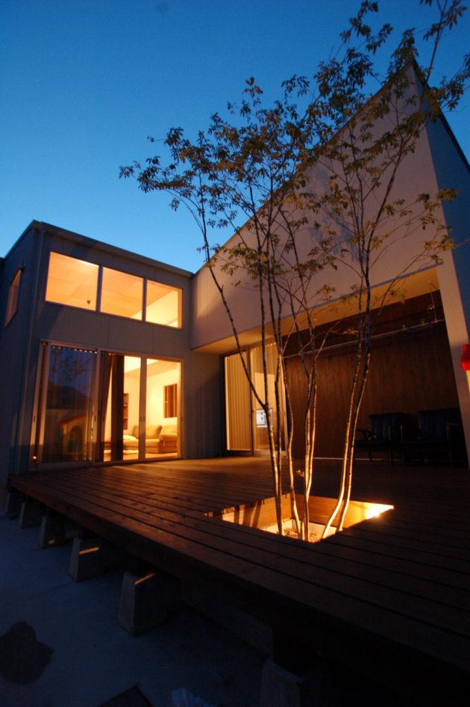 羽をのばすように交差する片流れの屋根が特徴のこの家はL型に配置された家の奥に家族が羽をのばす大きな庭を持つ