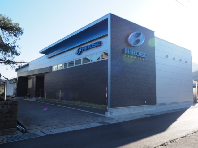 最先端の金属加工を行う同社のイメージを表現したソリッド感たっぷりの新工場
