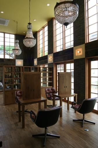 大きな窓で光あふれる空間にアンティークな要素を取り入れた豊岡の美容室