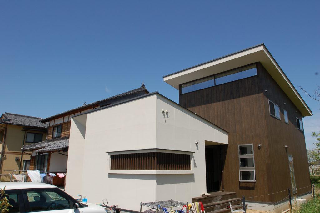 白壁と杉板という和の特徴を持つBOX型の新しいWAの家